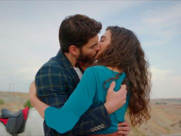 Miran y Reyyan se funden en un apasionado beso