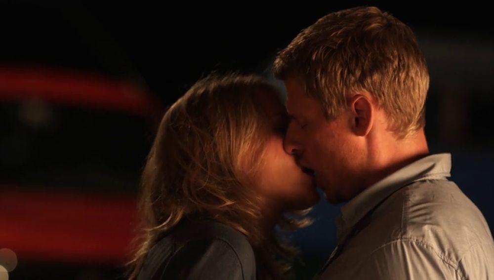 Emily y Andreas se besan por primera vez