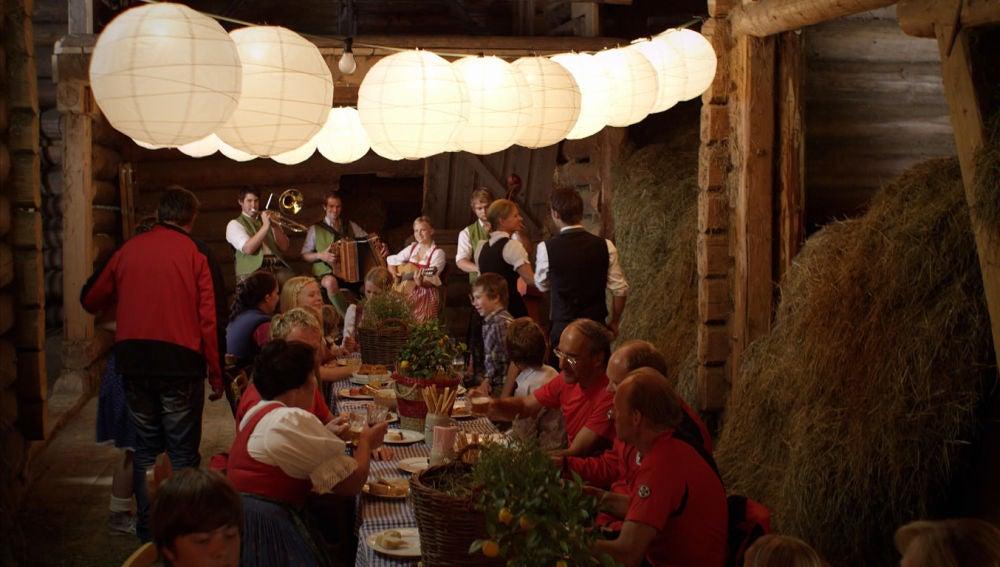 Fiesta tirolesa en los Alpes