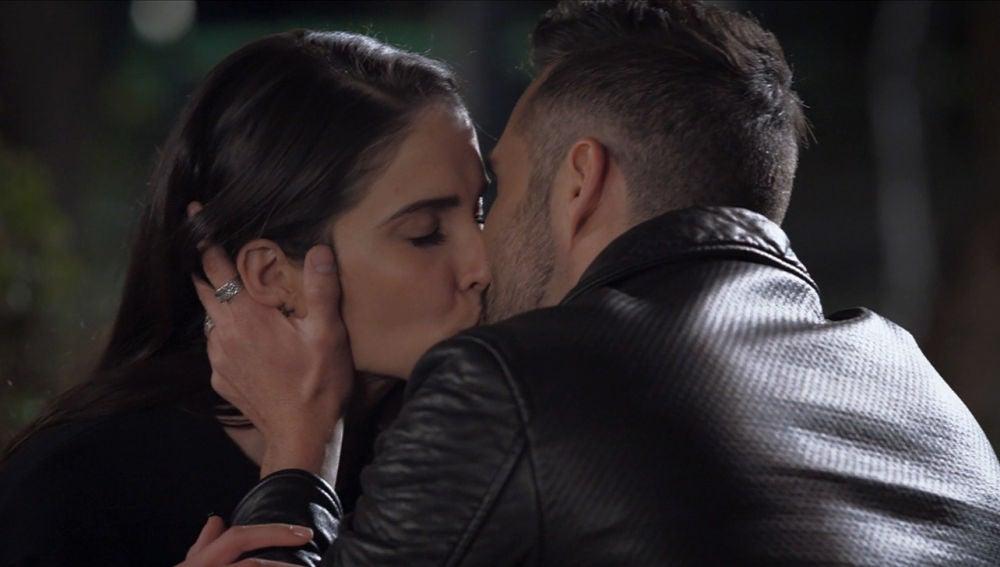 Elena y Pedro se besan