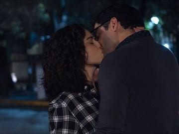 El beso de Rosa y Samuel