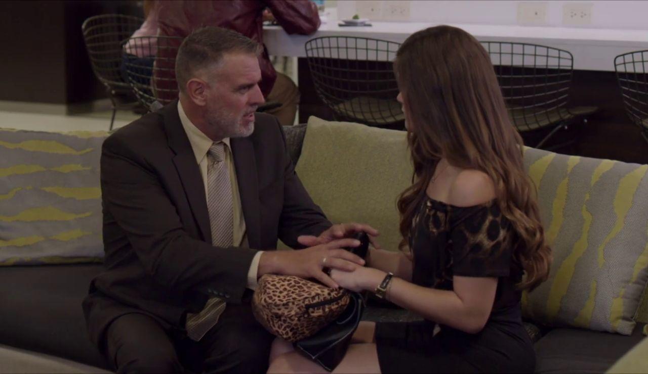 ¿Puede Raymond conservar el puesto de Aura o en un chantaje?