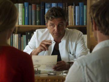 Martin atiende de urgencia a una mujer que sufre un shock anafiláctico