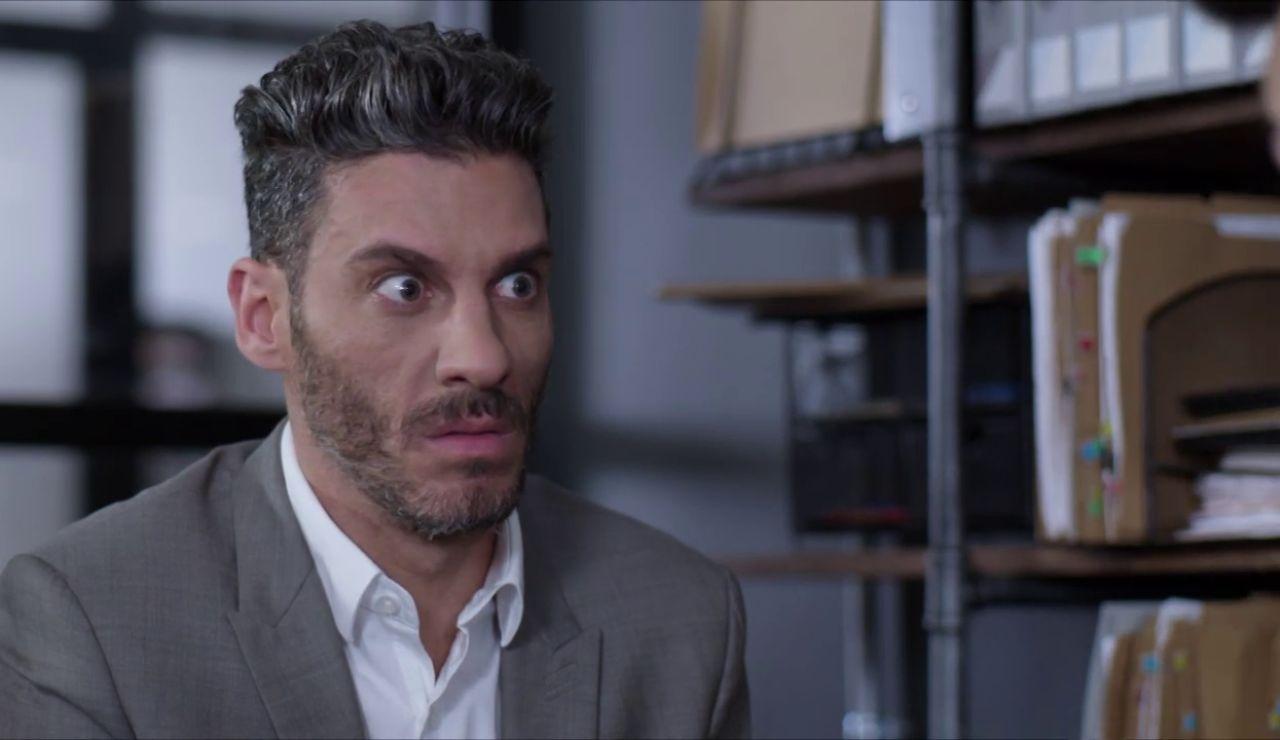 Armando, celoso, recopila información sobre el nuevo novio de Betty