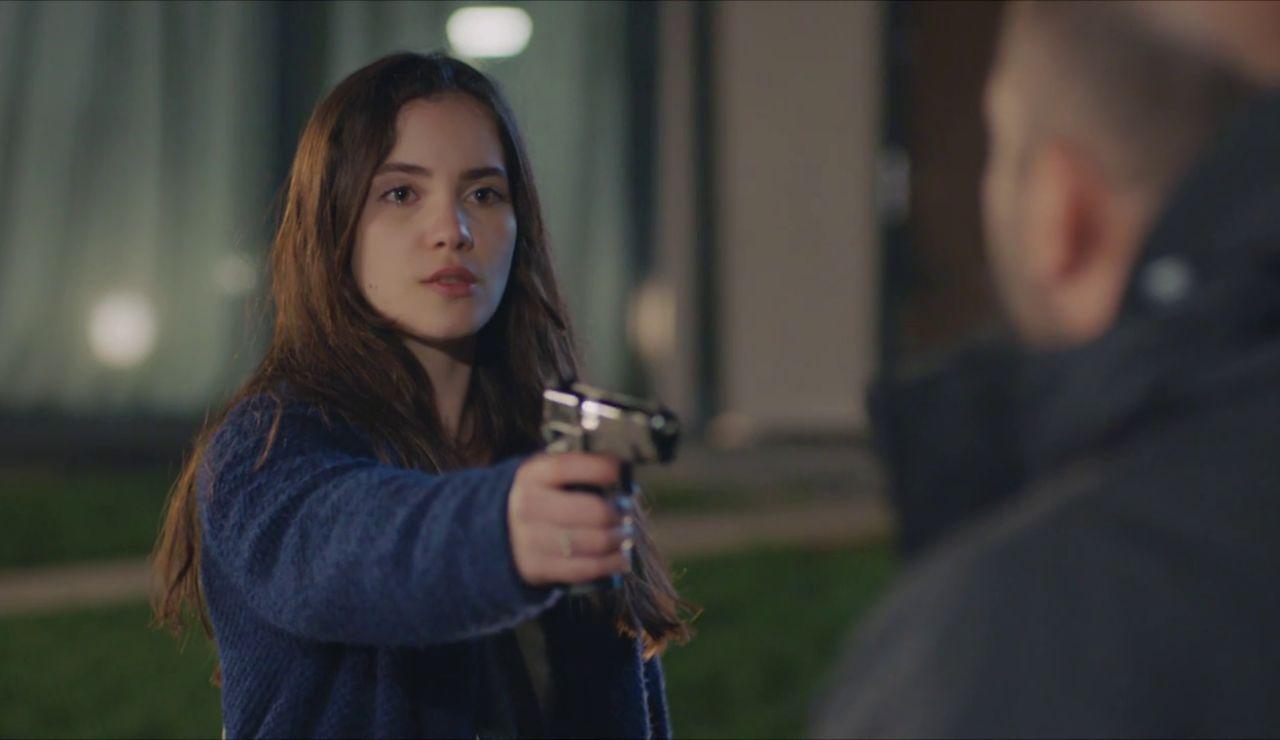 """Cennet, armada, se enfrenta a Kaya: """"¿Violaste a mi madre?"""""""