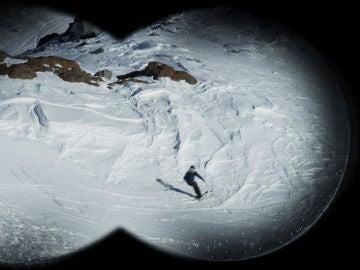 Un joven esquiador cae en la nieve