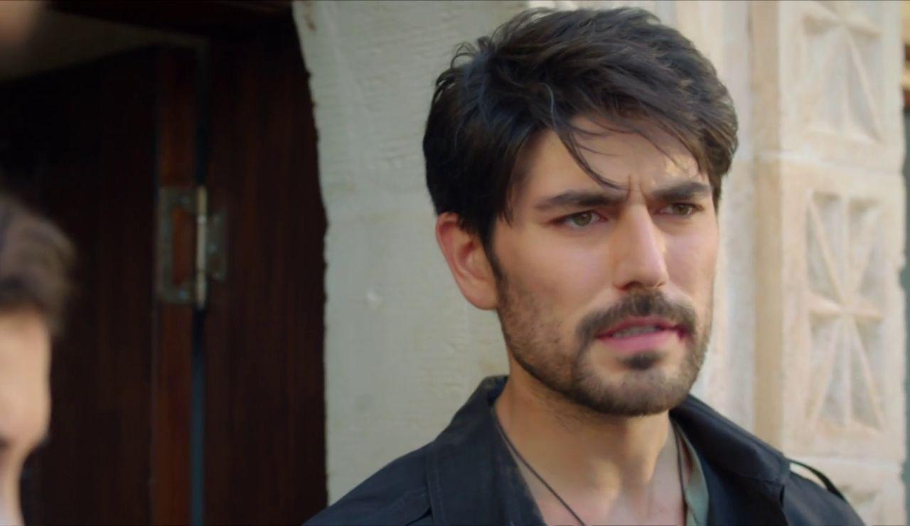 Aslan vuelve a cubrir a Miran: se hace pasar por el dueño de la casa donde se ve con Reyyan
