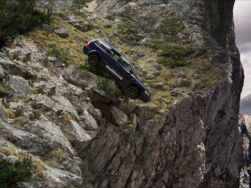 Al borde de la muerte: un coche está apunto de despeñarse