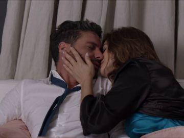 Armando besa a Marcela mientras Betty está en el hospital