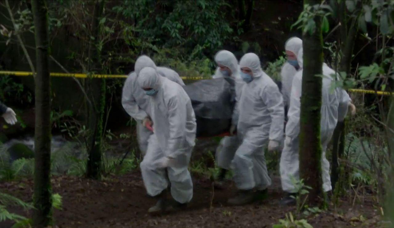 Aparece un cuerpo enterrado en el bosque: ¿Será Carolina?