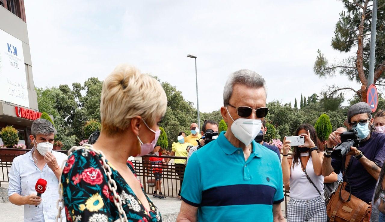 Ortega Cano y su mujer, Ana María Aldón, a la salida del hospital