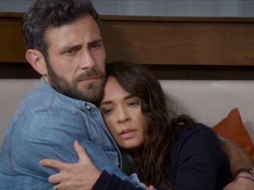 Santiago descubre que Carolina está embarazada