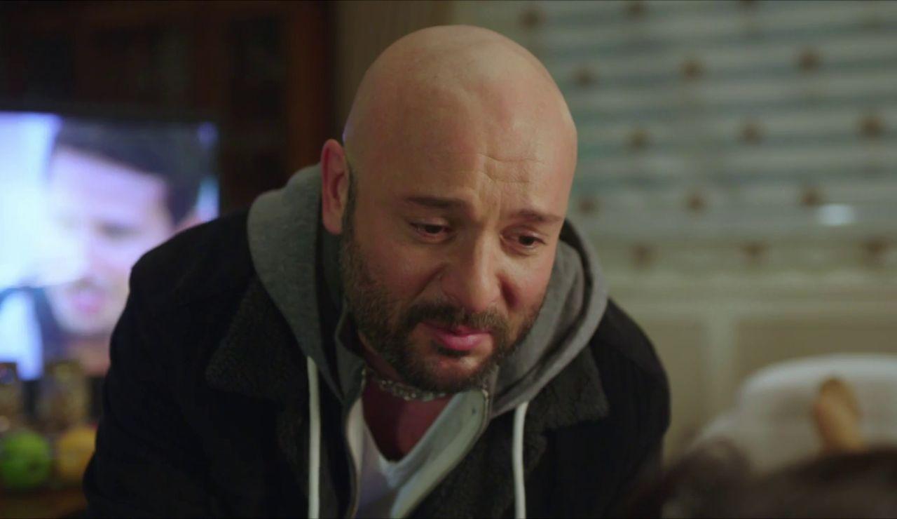 Özkan, decidido a vengarse de Gülseren, irrumpe en su casa
