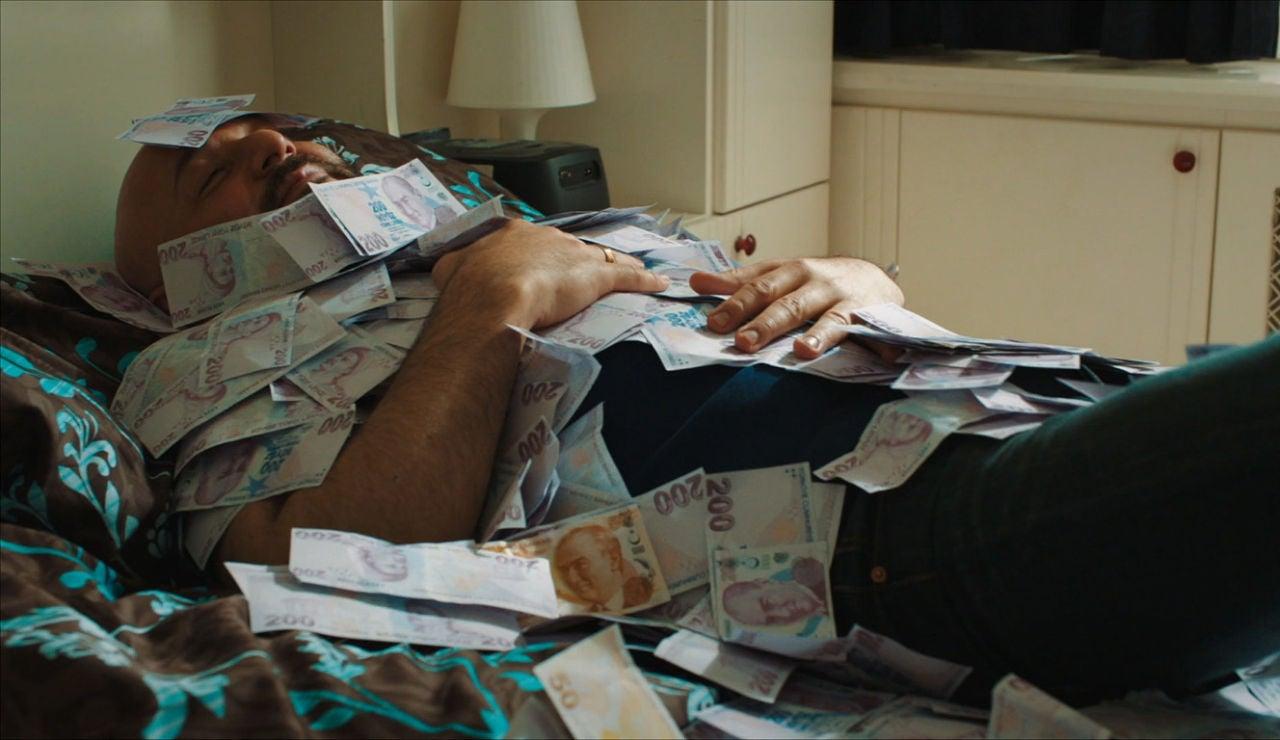 Özkan no sabe qué hacer con tanto dinero