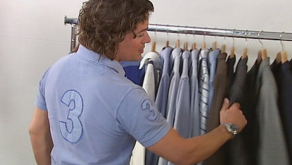 Jose se prueba su ropa