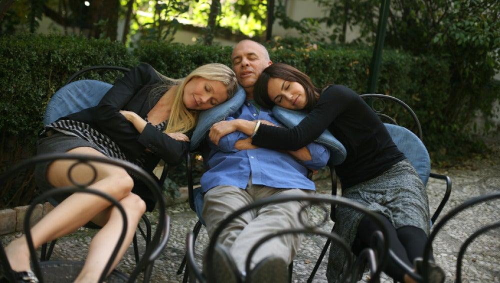 Gwyneth, Claudia y Mark dormidos