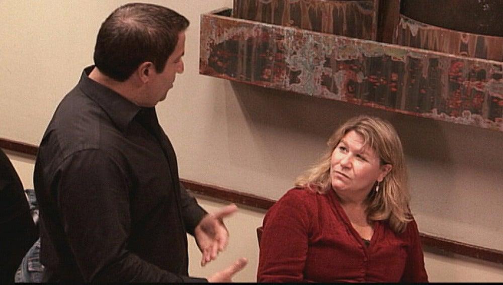 Sam discute con una clienta