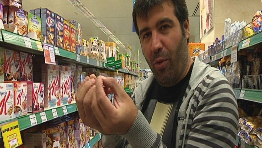 Bruno hace la compra para la ensalada de bonito