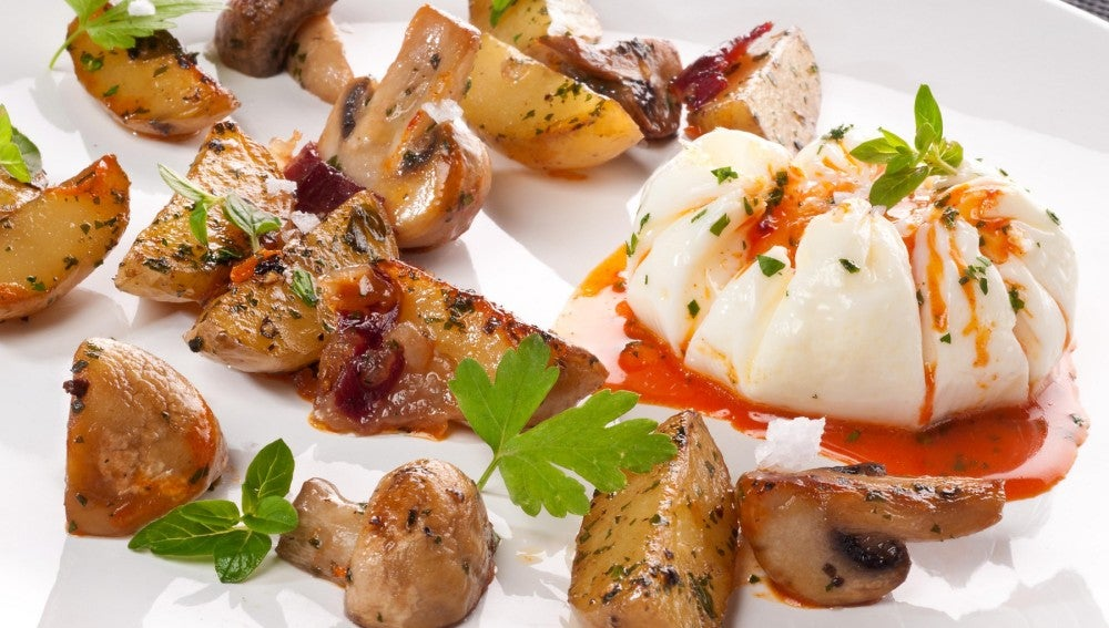 Huevo flor con champiñones y patatitas