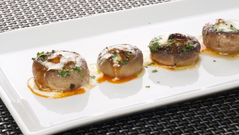 Champinones con foie, yema y nata