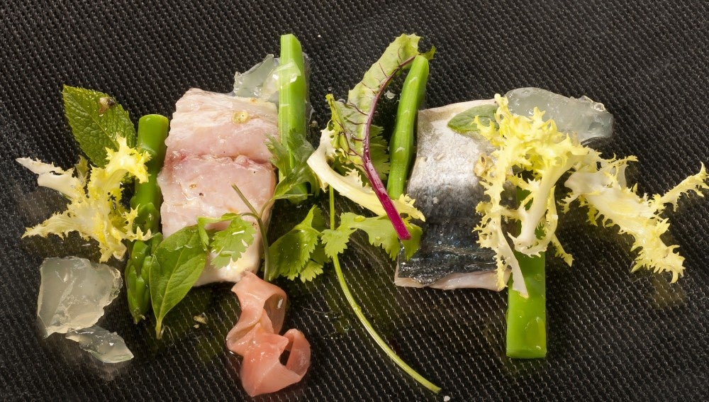 Chicharro en sal con verduras estivales