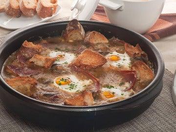 Champiñones en salsa con huevos escalfados