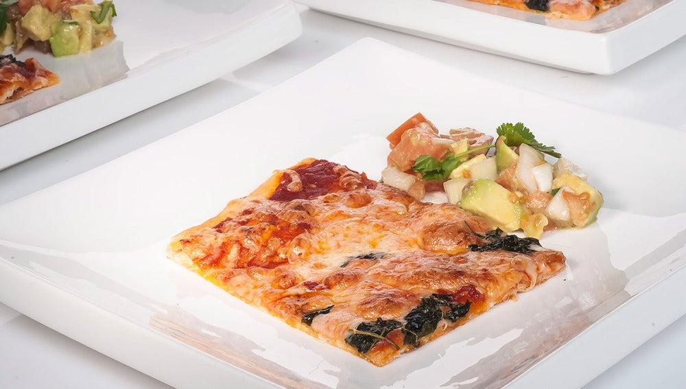 Pizza con guarnición de ensalada