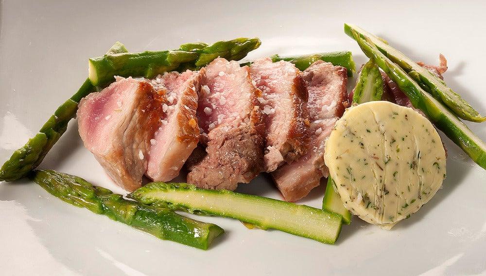 Entrecote de cerdo con mantequilla de hierbas