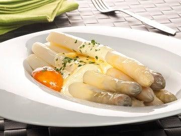 Espárragos blancos con yema de huevo