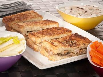 Sandwich y dip con champiñones y gorgonzola