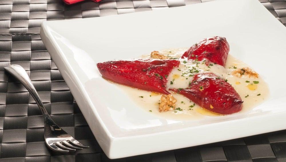 Piquillos rellenos de gorgonzola con salsa de pera