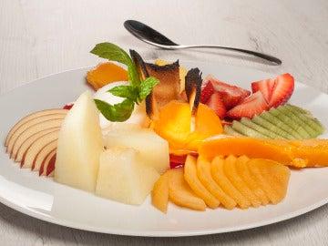 Plato de frutas y helados con galleta