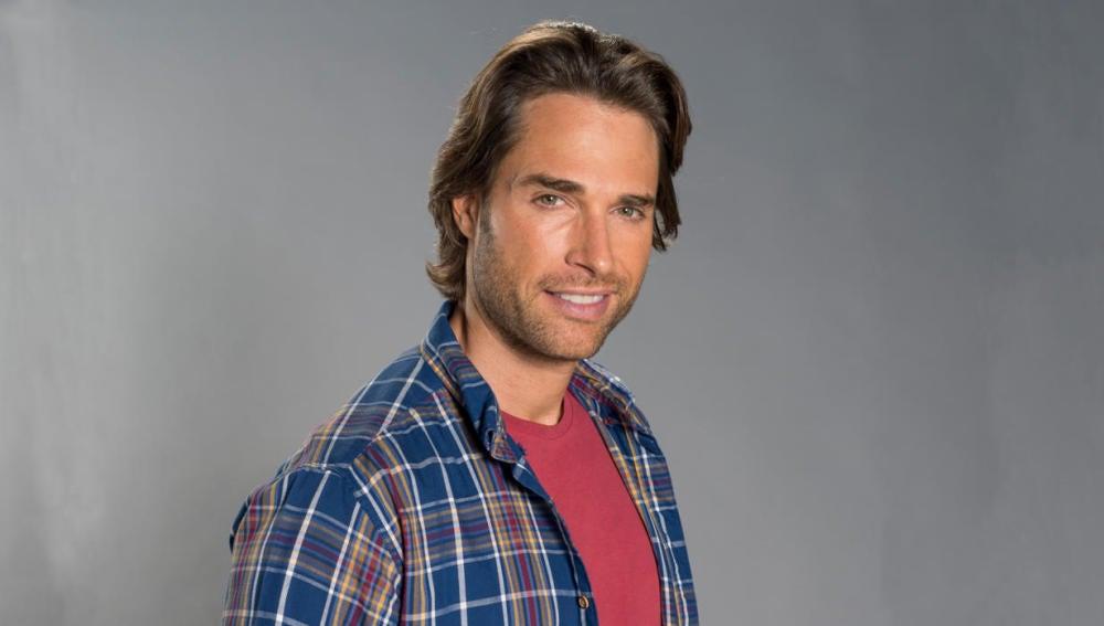 Sebastián Rulli es Santiago García