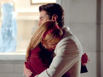 Clara rompe a llorar en brazos de Mateo ante la mirada de Marco