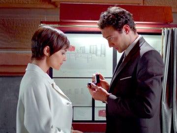 Carlos le pide matrimonio a Ana