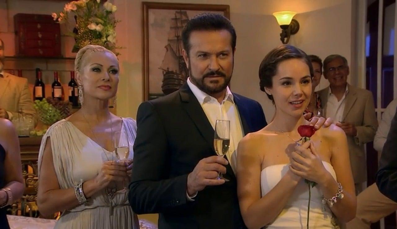 Frame 39.884899 de: El amor de Paulina y Adrian, ¿un amor imposible?