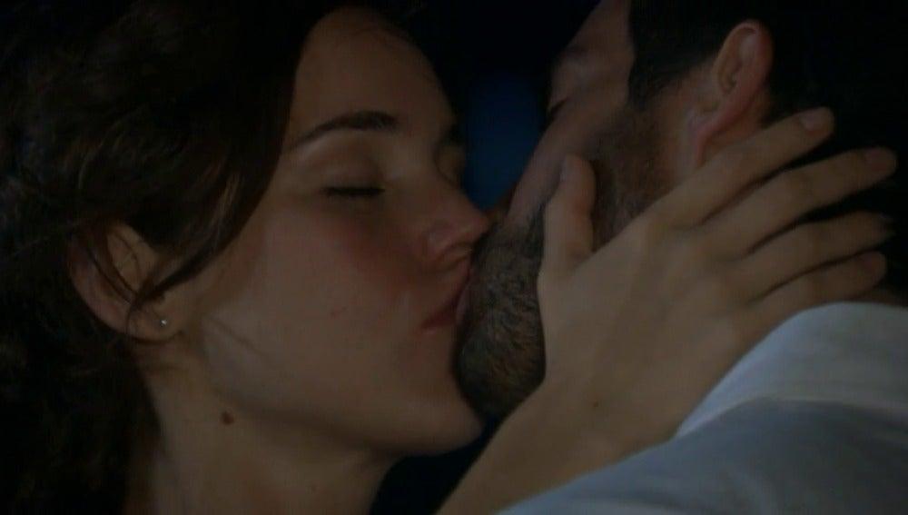 Frame 111.300217 de: Paulina y Adrián se ven a escondidas en la playa y pasan un tórrida noche de amor