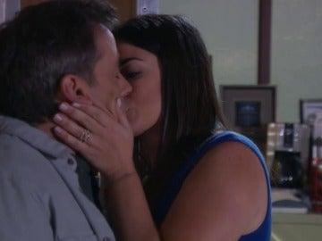 Frame 0.0 de: La amiga de Silvana besa a Manuel