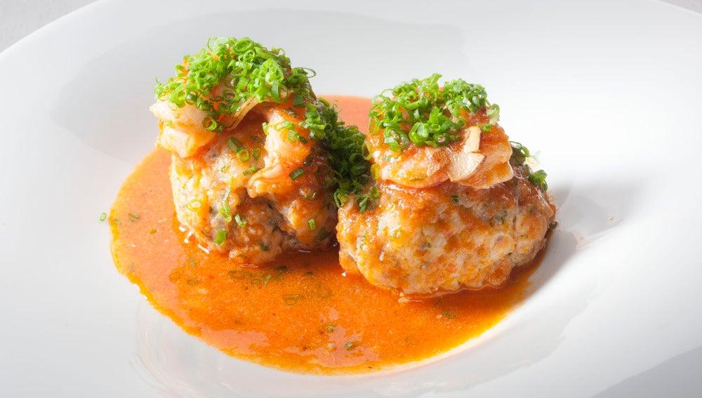 Albóndigas de pescado con semillas y salsa suquet