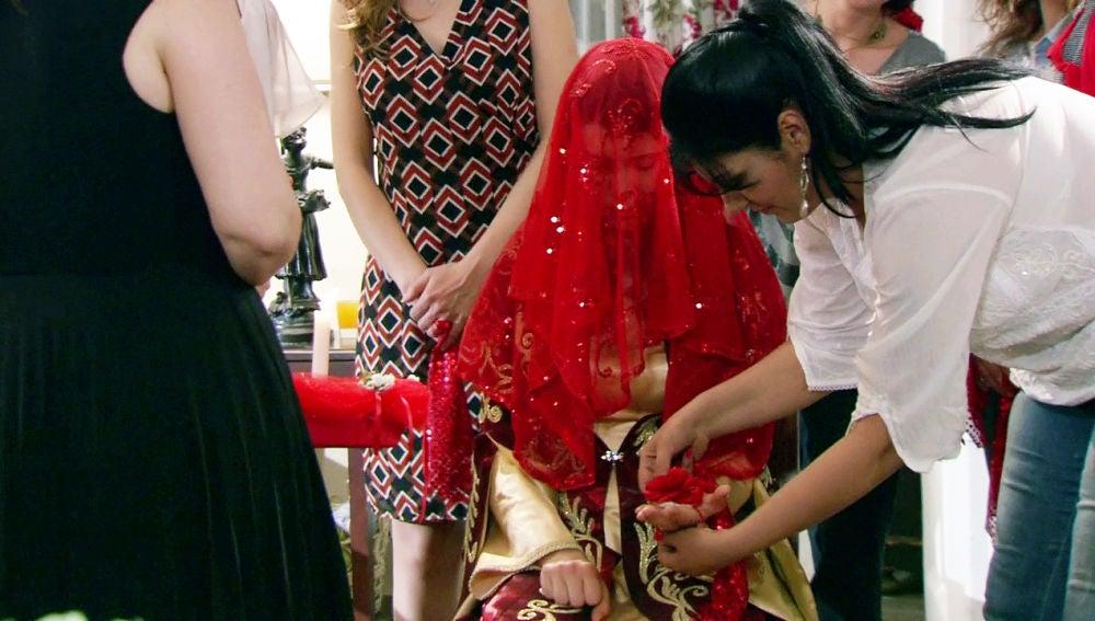 Fatmagül se emociona en la Noche de la Henna