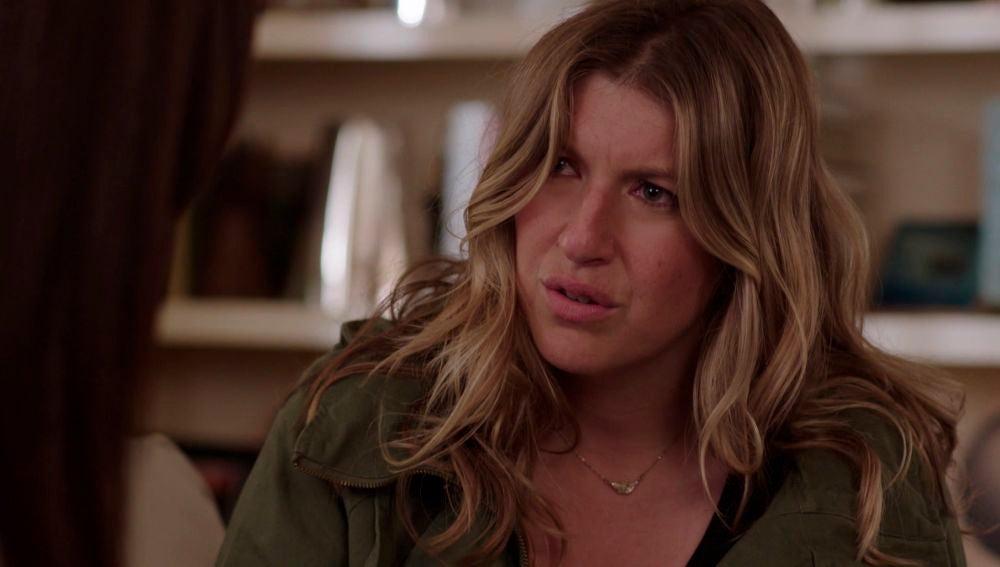 Beth le cuenta a su amiga la identidad de la persona que la acosa
