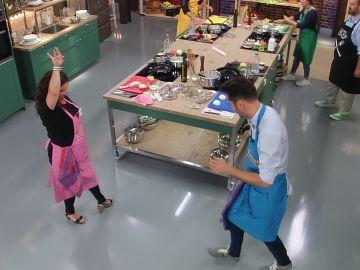 Dos concursantes de 'El sabor es ciego' se arrancan a bailar sevillanas
