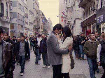 Ezel y Eysan se besan apasionadamente en público