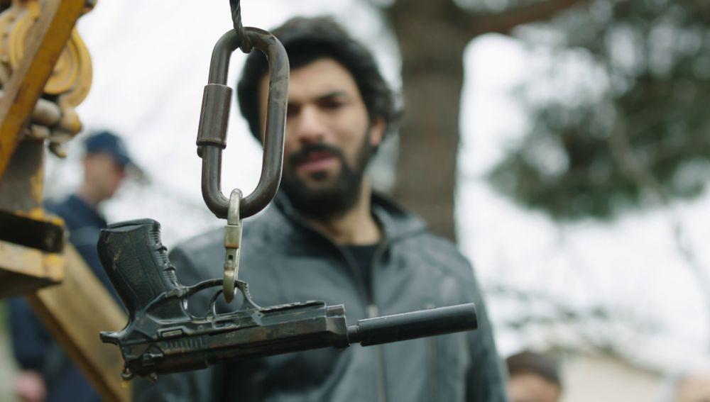 Ömar encuentra el arma que usó Huseyin para matar a Sibel