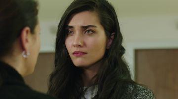 Elif apoya a la familia de Ömar tras el ataque al corazón de su madre