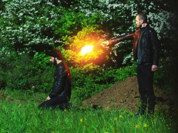 Fatih dispara a Ömar por la espalda