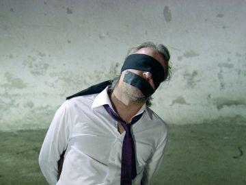 Cengiz secuestra a Ali y está dispuesto a torturarlo