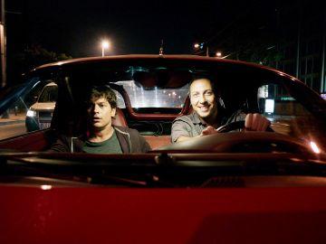 Kenan roba un coche de lujo en la gasolinera