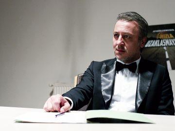 Yaman conoce a Selim, su abogado de oficio