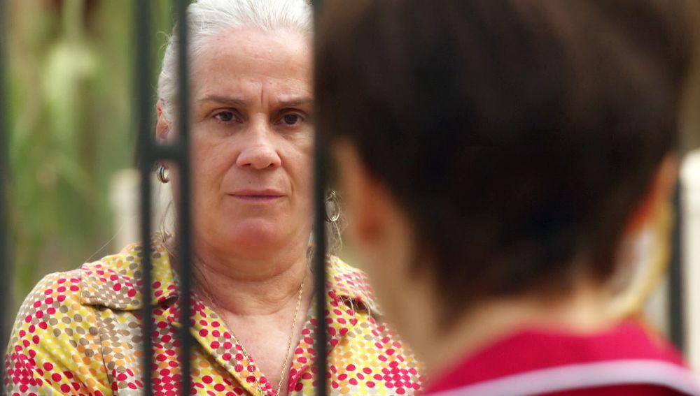 Mamá Lucinda descubre que Nina trabaja para Carmina